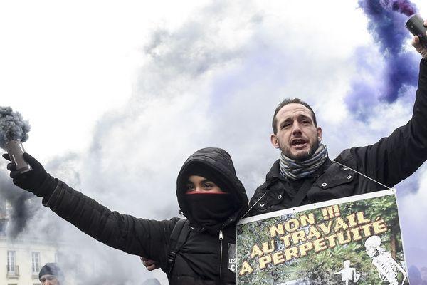 """A Nantes, le 9 janvier, deux manifestants tiennent une pancarte """"Non au travail à perpétuité""""."""