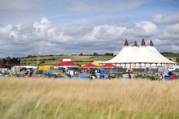 Le site du festival est classé, ce qui impose de limiter la fréquentation à 3000 spectateurs chaque soir