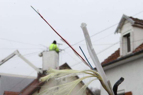 Un technicien installe la fibre optique dans une rue de Pfastatt (Haut-Rhin), en banlieue de Mulhouse.
