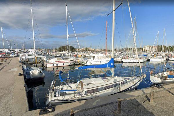 Le port de Saint-Cyprien dans les Pyrénées-Orientales - archives.