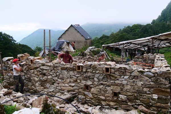 Les bergers ont en partie bâti les murs avec des matériaux de la montagne.