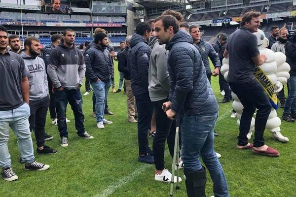 Morgan Parra, blessé, est avec ses coéquipiers pour présenter la coupe de la victoire en Challenge Cup aux supporters. Mais il ne jouera pas les phases finales du Top 14 avec eux : sa saison est terminée.