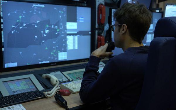 Le contact est permanent entre les contrôleurs au sol et les avions.