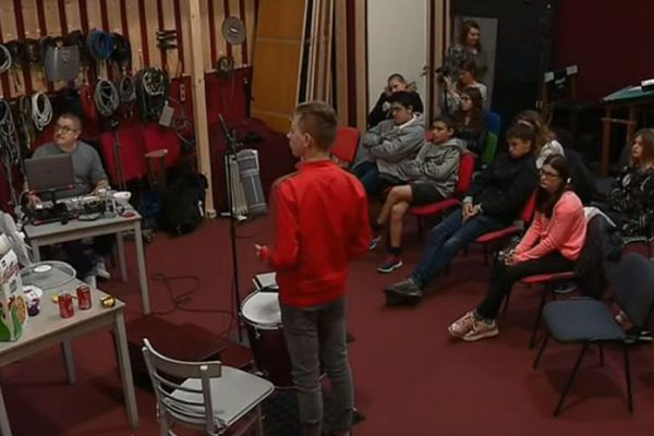 Les élèves du collège Lafayette de Rochefort en pleine séance de bruitages.