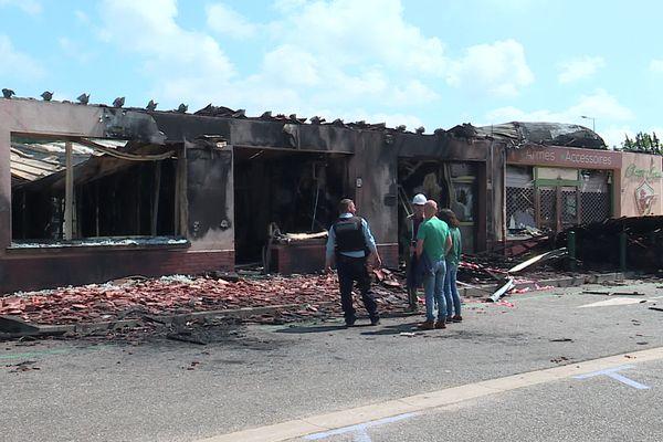 Les gendarmes se sont rendus vendredi 2 juillet rue des Ligueurs à Petit-Caux (76) pour connaître l'origine de l'incendie qui a partiellement détruit le centre commercial.