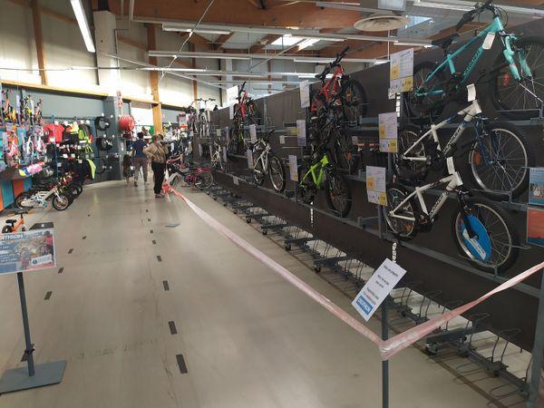 Suite à l'arrêt de la production au niveau mondial, les stocks de vélos neufs sont au plus bas.