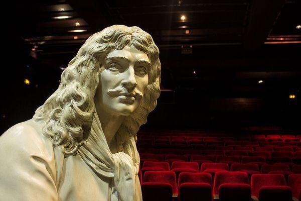 La statue de plâtre de Molère, seule en scène