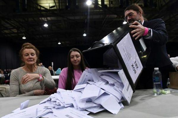 Dépouillement dans un bureau de vote de Glasgow, le 12 décembre 2019