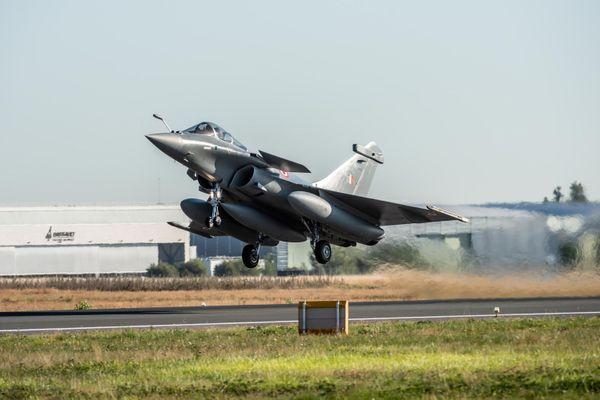 L'un des avions de combat Rafale décolle de Mérignac ce lundi 27 juillet 20.