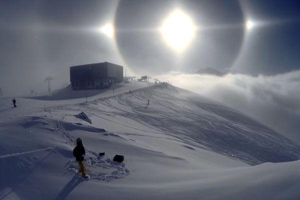 Un parthélie ou triple soleil phénomène optique rare