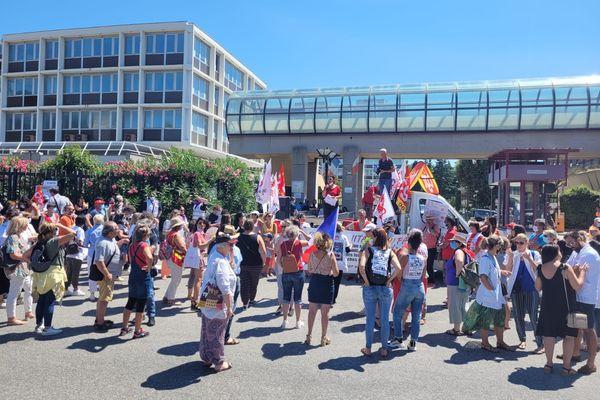 Environ 200 personnes ont manifesté devant le CADAM ce jeudi 5 août après-midi.