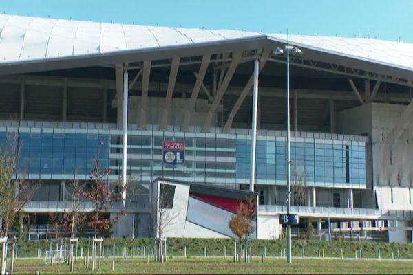 En ligue 1 le derby Lyon / Saint-Etienne se joue à huis-clos, dimanche 8 novembre à 21h. L'OL a opté pour un décor visuel pour ce match, crucial pour les deux équipes.