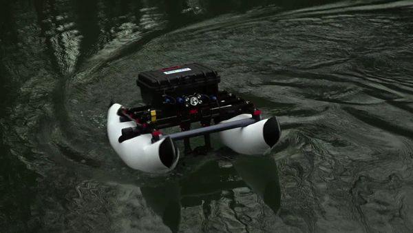Aquatique et même submersible, il est souvent utilisé pour ausculter les grands barrages
