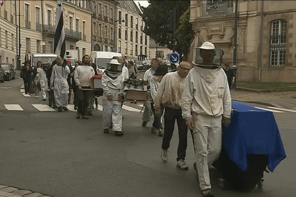 Marche funèbre des apiculteurs bretons à Rennes ce mercredi 6 juin