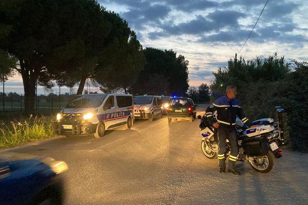 Un déploiement policier important au petit matin devant l'entrée du camp