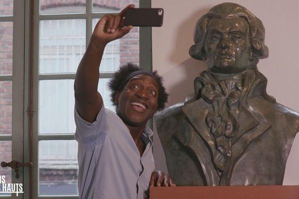 Kamini fait ami-ami avec Robespierre