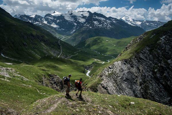 Deux marcheurs itinérant sur la Vanoise, en Savoie.