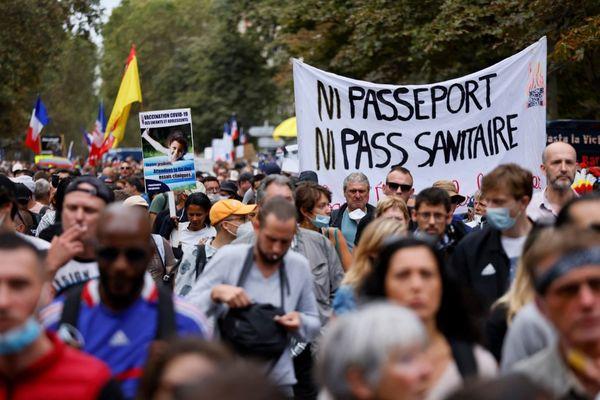Plusieurs dizaines de milliers de personnes ont défilé contre le pass sanitaire ce samedi à Paris.