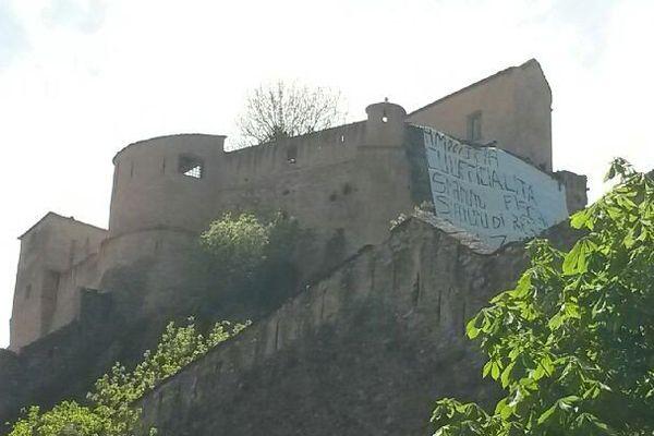 22/04/15 - Des militants de la Ghjuventù Indipendentista ont déployée une banderole sur la citadelle de Corte rappelant leurs principales revendications