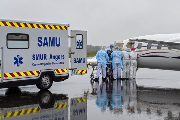 Un patient en réanimation malade de la covid-19 arrive à l'aéroport d'Angers en provenance de Lyon-Bron