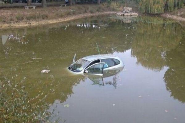 Le véhicule retrouvé au milieu de l'étang