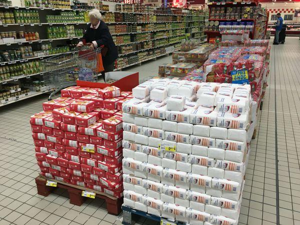 Les magasins ont fait le plein pour subvenir aux besoins de clients inquiets de l'épidémie de Coronavirus en France