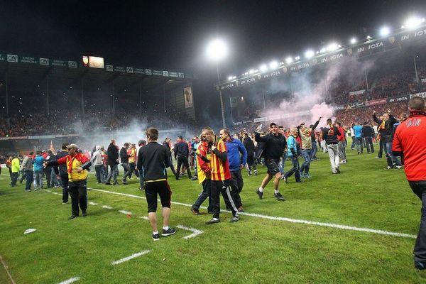 Le public lensois a envahi la pelouse de Bollaert lors de la défaite face à Brest