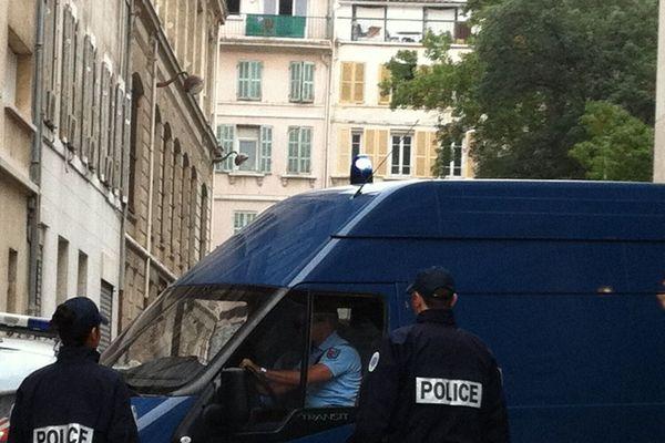Les policiers arrivent au tribunal de Marseille - photo Noémie Dahan
