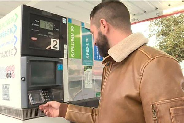 Les automobilistes protestent contre la hausse des prix de l'essence : en un an, + 20 % pour le gazole et + 14 % pour le super.