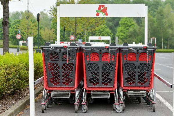 Des caddies devant un magasin Auchan