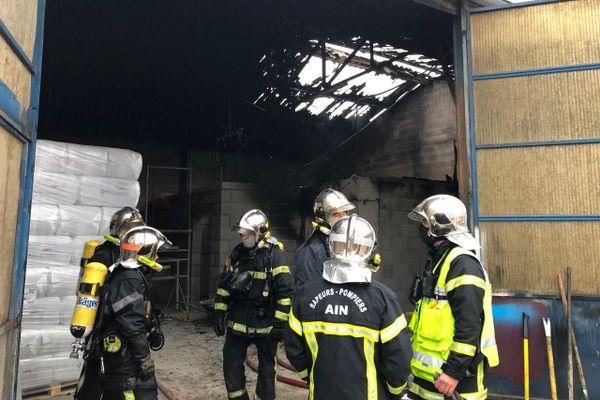 La toiture d'un entrepôt de stockage de laine de roche en partie détruite par un incendie à Saint Martin du Mont (Ain)
