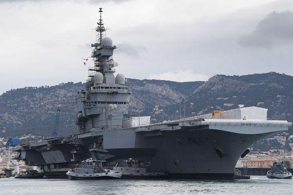 Le porte-avions Charles de Gaulle en rade de Toulon.