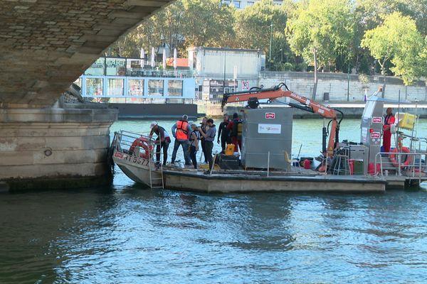Une équipe de plongeurs expertise la partie immergée du Pont des Invalides.