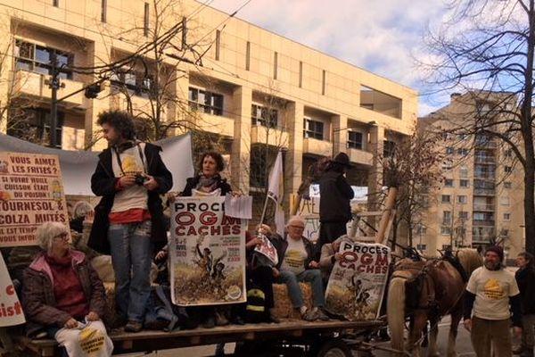 Les faucheurs volontaires sont allés au tribunal de grande instance de Dijon en charrette