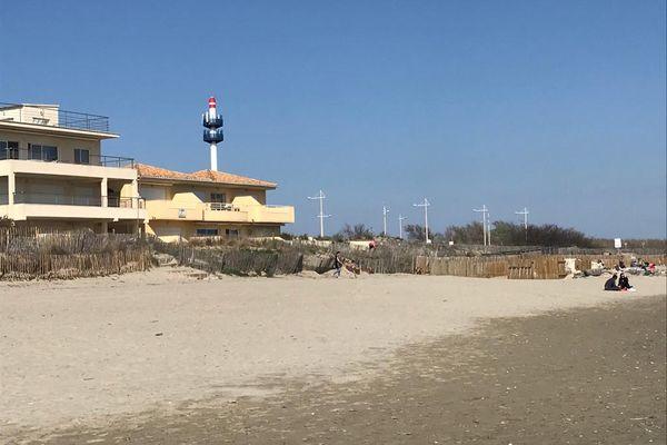 Des riverains se mobilisent contre la construction d'antennes pour la 5G, comme celle qui vient de pousser près de la plage du Petit-Travers, à Carnon, au sud de Montpellier.