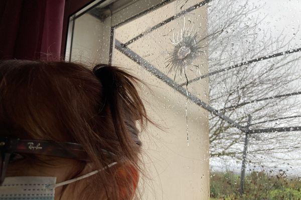 L'impact de balle dans la baie vitrée d'une maison de Saint-Grégoire, dans le Tarn