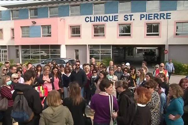 Grève à la clinique St Pierre à Perpignan : revalorisation salariale et conditions de travail en question. Une centaine de personnes a manifesté jeudi 7 juin devant l'établissement.