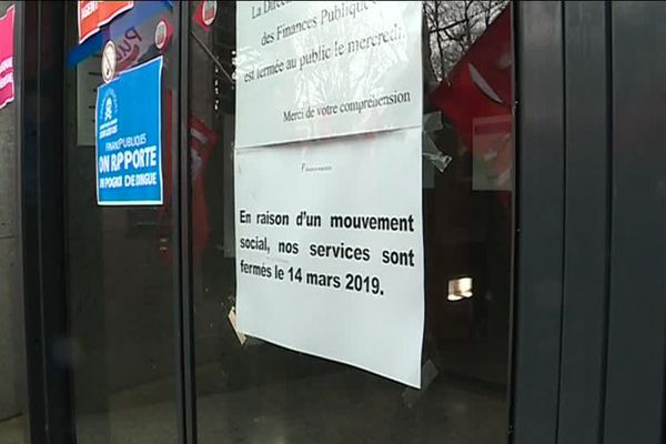Les grévistes se sont rassemblés jeudi 14 mars 2019 au matin devant le siège des Finances publiques du Calvados, boulevard Bertrand à Caen