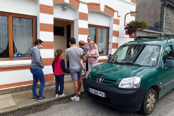 Le couple Shaw accueille une famille de vacanciers dans son gîte à Gouarec, en centre Bretagne