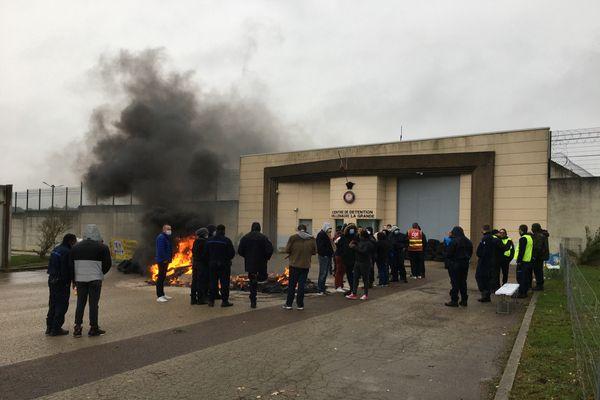 Une quarantaine d'agentes et agents pénitentiaires ont allumé un feu devant l'entrée du centre de détention de Villexaune-la-Grande.