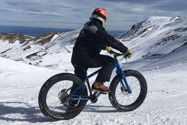 De grosses roues pour rouler sur le neige, la raison du succès du fat bike sur les pistes notamment ici du Mont-Dore dans le Puy-de-Dôme.