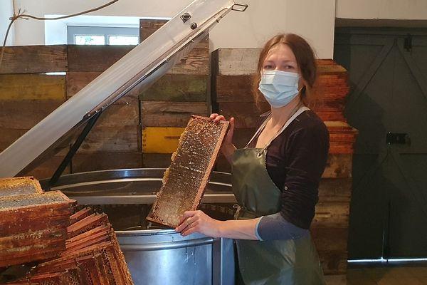 Marina Losdat procédant à l'extraction du miel.