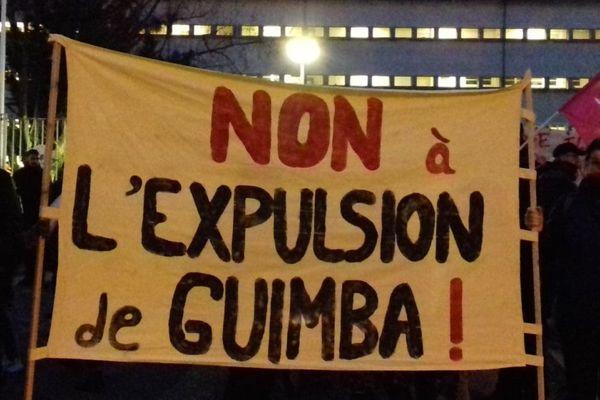 Guimba Coulibaly, un boulanger de 20 ans, est menacé d'être expulsé de Dijon où il vit depuis plusieurs années. Une manifestation de soutien a été organisée jeudi 16 janvier 2020 par un collectif d'associations.