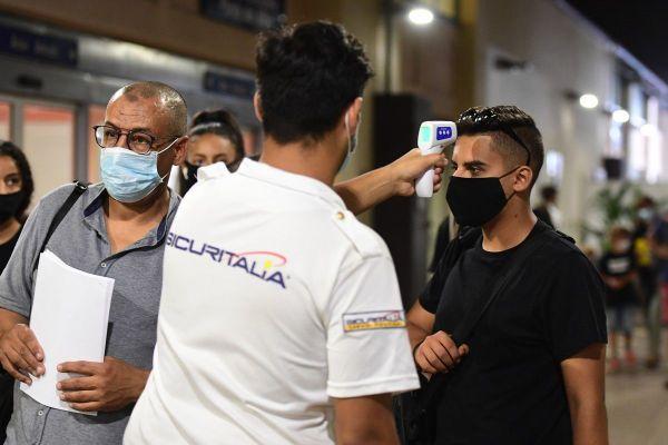 Des passagers de navire de croisière testés à leur arrivée à Gênes en Italie.