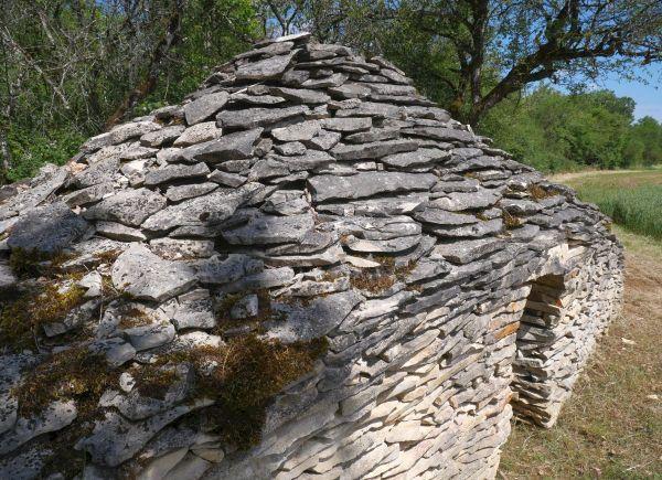 La cabane de Jasut sur le circuit des meurgers, à Noyers-sur-Serein dans l'Yonne.