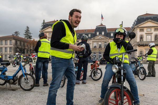 Les gilets jaunes manifestaient déjà le samedi 17 novembre, devant la Préfecture de Haute-Loire au Puy-en-Velay
