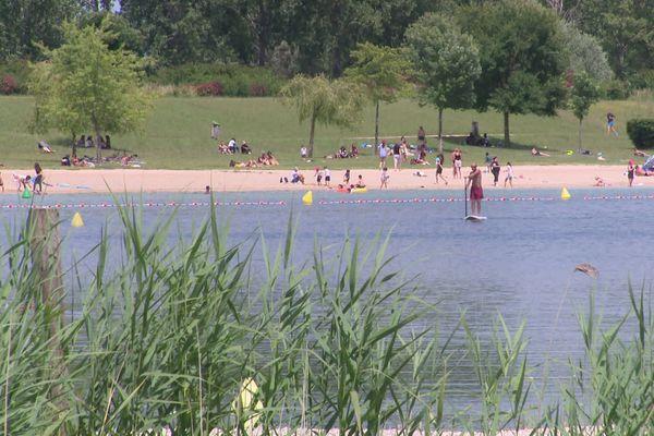 Comme un air de vacances au lac d'Arc-sur-Tille dimanche 21 juin 2020 au lendemain de l'ouverture officielle de la plage.