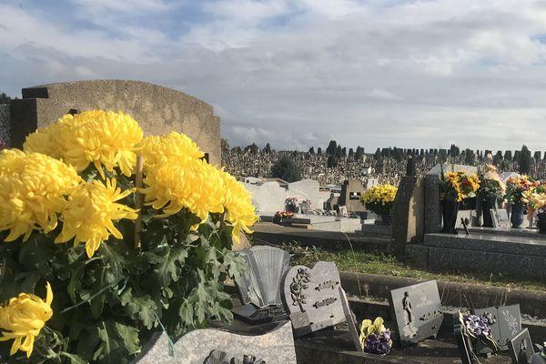 Les tombes en fleurs au cimetière de Louyat, à Limoges.