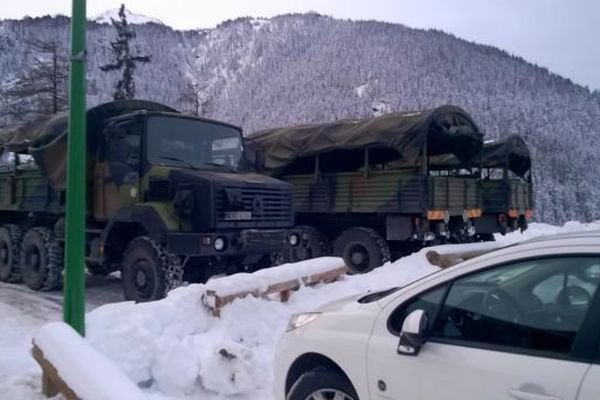 Deux camions militaires près du PC de crise à Valfréjus