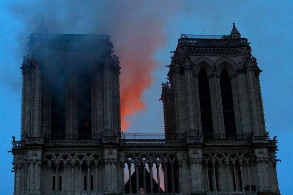 Notre-Dame touchée par un violent incendie